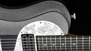 Ultimate - Silver Dragon - Rock & Metal Gitarre - graviertes Schlagbrett Detail 2
